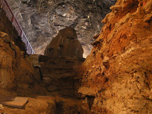 1 - Caverna Wonderwerk - na região norte-central da África do Sul. Nessa caverna foram descobertos em escavações registros de ocupação humana com vestígios de fogo e ossos de animais.