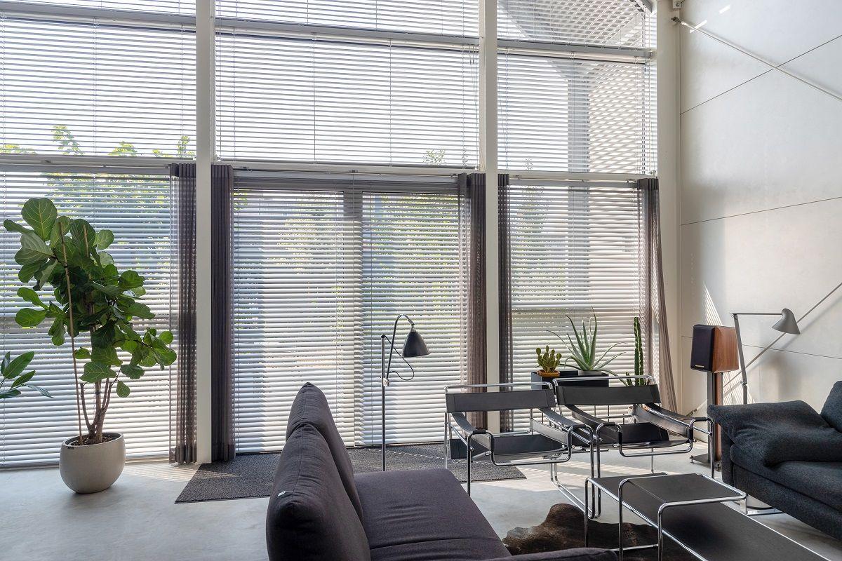 Heb Je Een Modern Industrieel Interieur Aluminium Jaloezieen Zijn De Perfecte Raamdecoratie Voor Jouw Interieurstijl Jaloezieen Raamdecoratie Deur