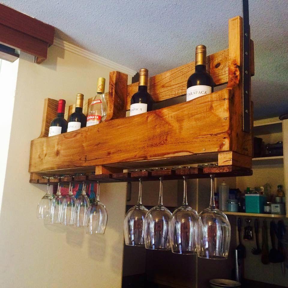 Muebles de palets botellero suspendido realizado con un for Muebles de cocina vibbo