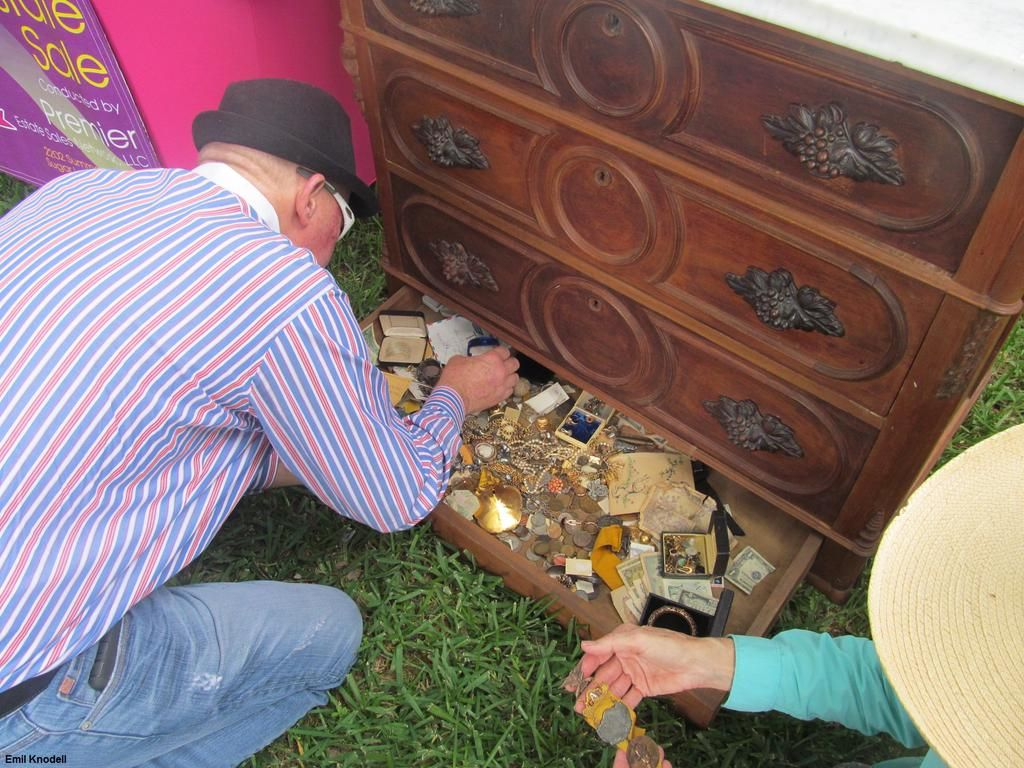 Man finds treasure hidden in chest from estate sale and returns it to estate executor:  http://abcn.ws/1zU64z8