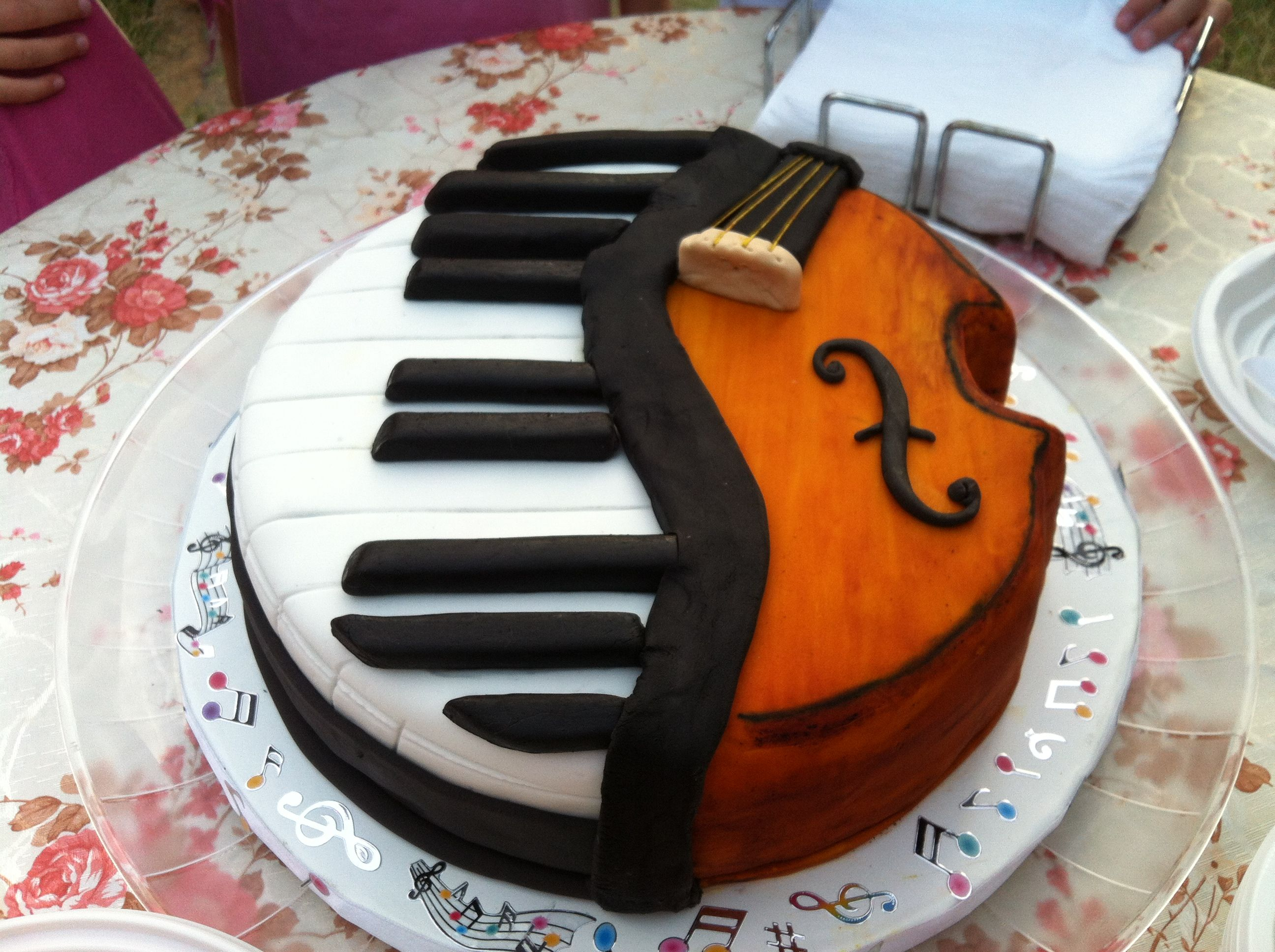 Piano violin cake for granddaughter cakes pinterest for Violin decorating ideas