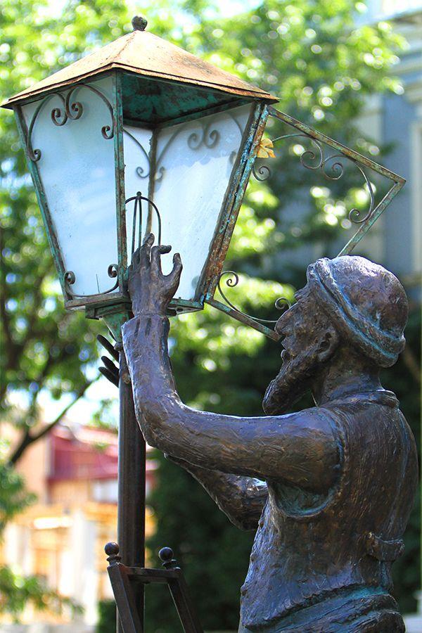 looks like a lamplighter to me....მეფარნე მოქანდაკე