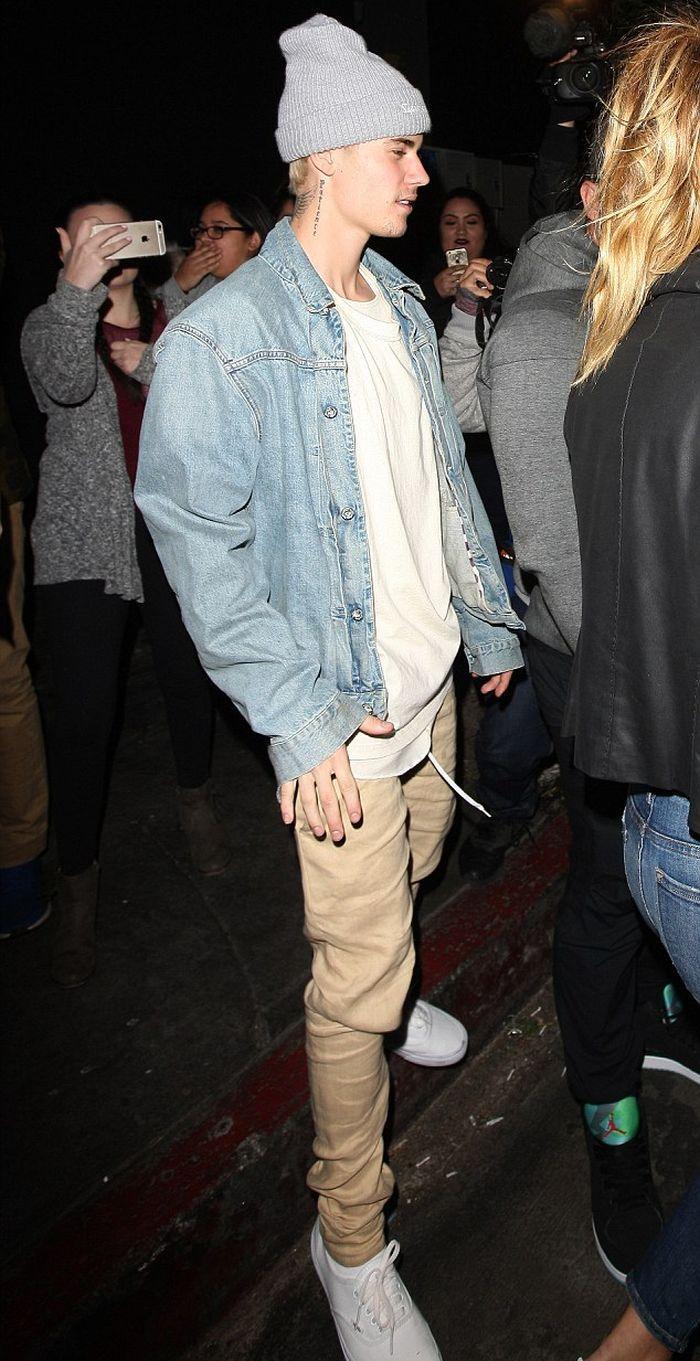 Justin Bieber In A Denim Jacket Denimology Ropa De Moda Hombre Ropa Urbana Hombre Moda Ropa Hombre