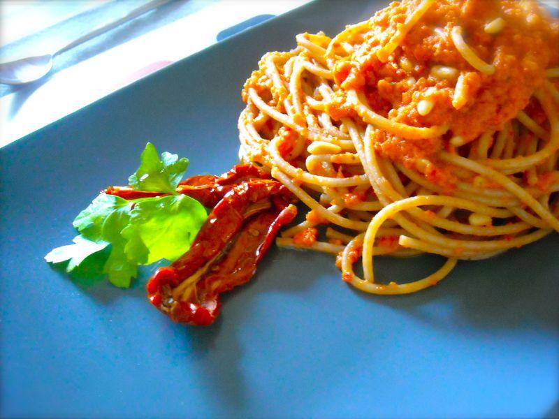 Un insolito pesto rosso fatto con pomodorini pugliesi seccati al sole, abbinato con il gusto particolare della pasta di Kamut. Ricetta velocissima e di sicuro effetto!