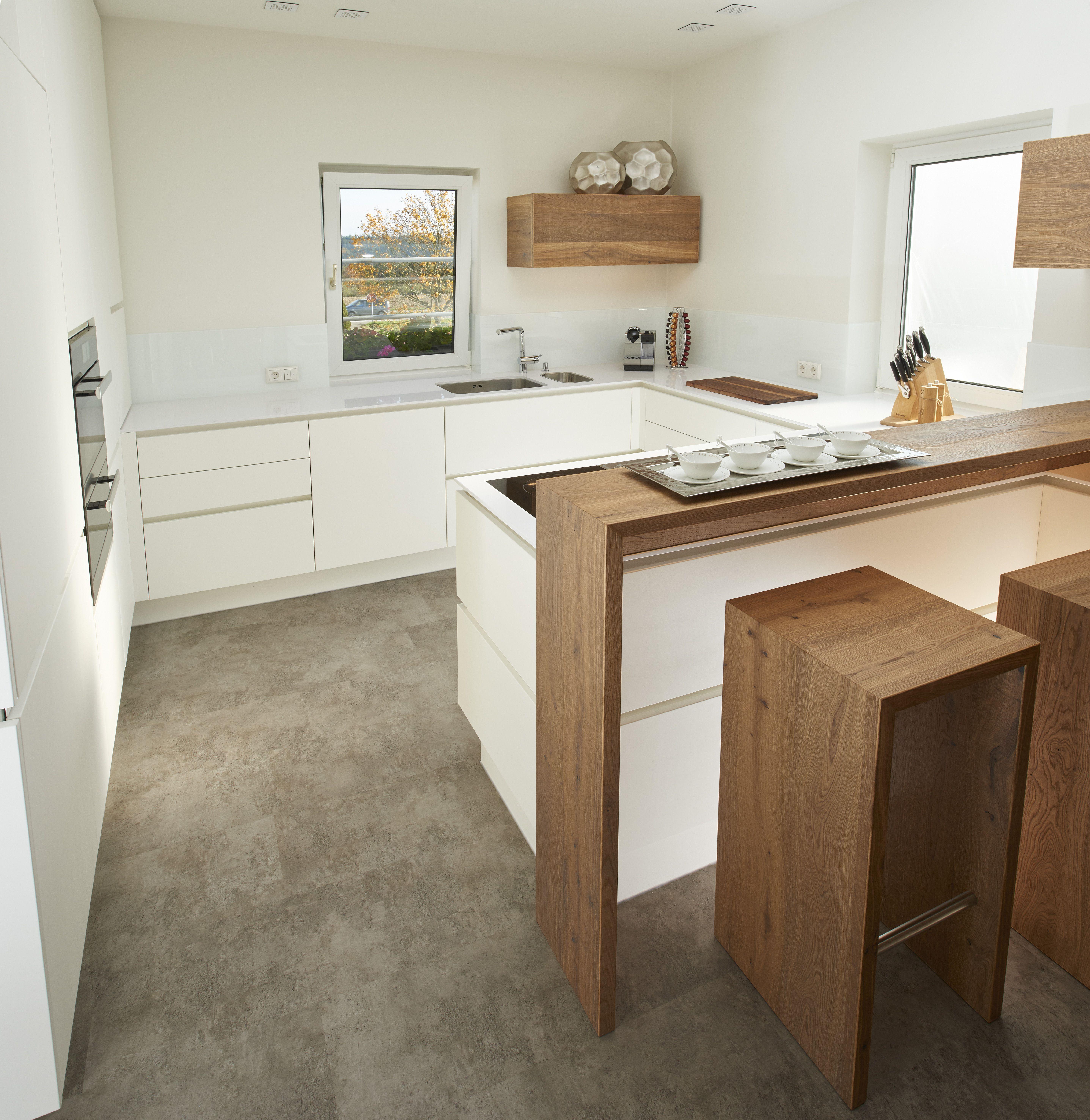 Diese Küche Verfügt über Weißen Strukturlack Sowie Eine Arbeitsplatte Aus  Quarzstein Silestone In Weiß. Die