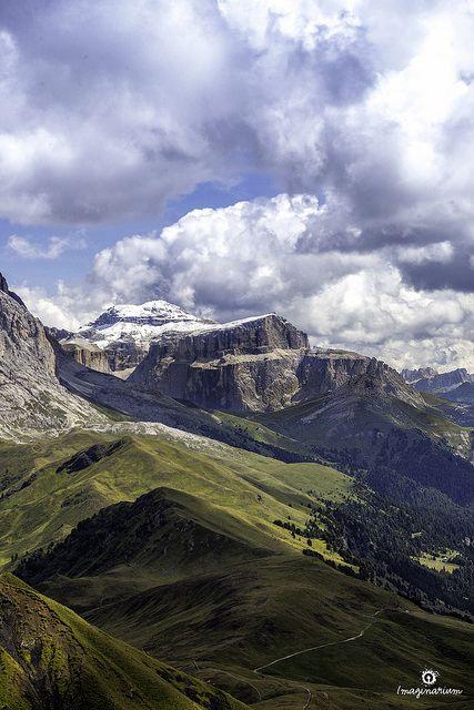 In primo piano: Punta Fassa (gruppo del Sella) dal rifugio Alpe di Tires (gruppo dello Scilliar). Sullo sfondo a dx: Lastoi de Formin e Croda Da Lago (Cortina d'Ampezzo)