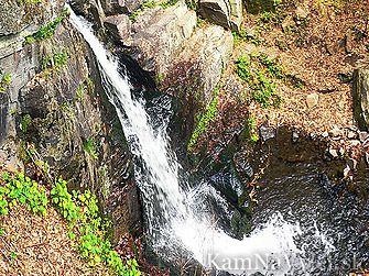 Starohutský vodopád vznikol tektonickým poklesom krýh a dosahuje výšku päť metrov. Nachádza sa na Sklennom potoku asi 300 m severne od osady Stará Huta – mestskej časti Novej Bane.
