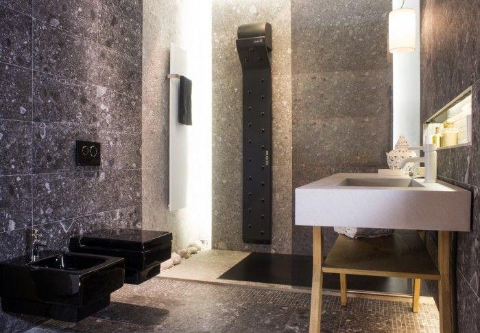 Cuarto de baño con secador corporal y sanitarios suspendidos de valiryo