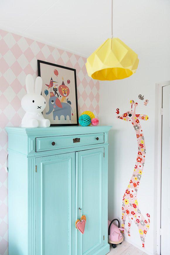 Une armoire vert menthe dans une chambre bébé * Chambres bébé