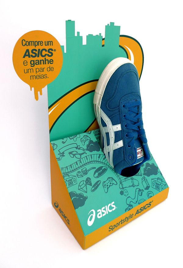Display de balcão de um pé desenvolvido para nova linha casual de tênis ASICS inspirado na urban art.