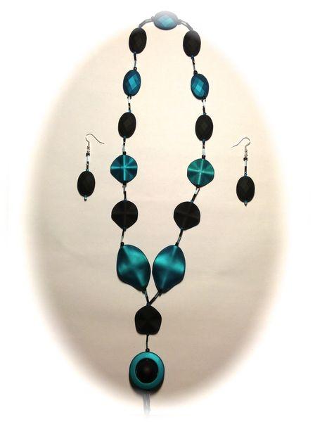 """""""SECRET PETROL"""" ist ein stilvolles Schmuck-Set mit Halskette und Ohrringen.     Das Set """"SECRET PETROL"""" besteht aus einer Halskette und Ohrringen. ..."""