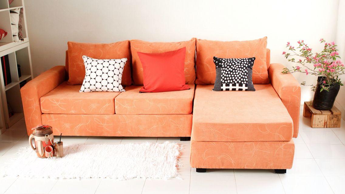 Sofá con chaiselongue tapizado en chenille naranja by asunvión ...