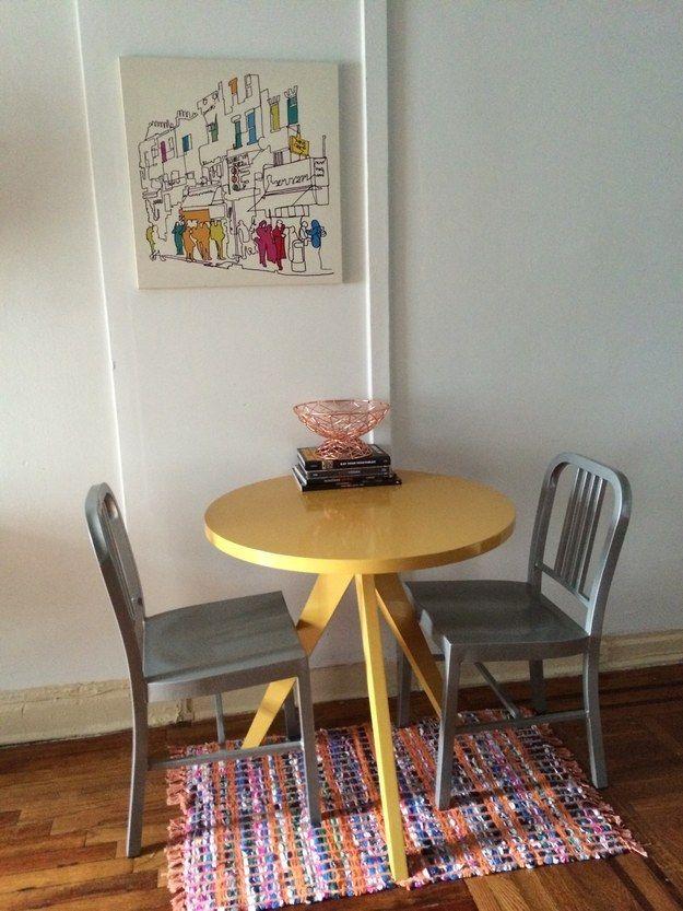 Mesmo uma área de jantar pequena pode parecer aberta e viva se você destacar a área com um tapete e alguma arte. | 34 coisas pequenas que você pode fazer para que sua casa fique muito melhor