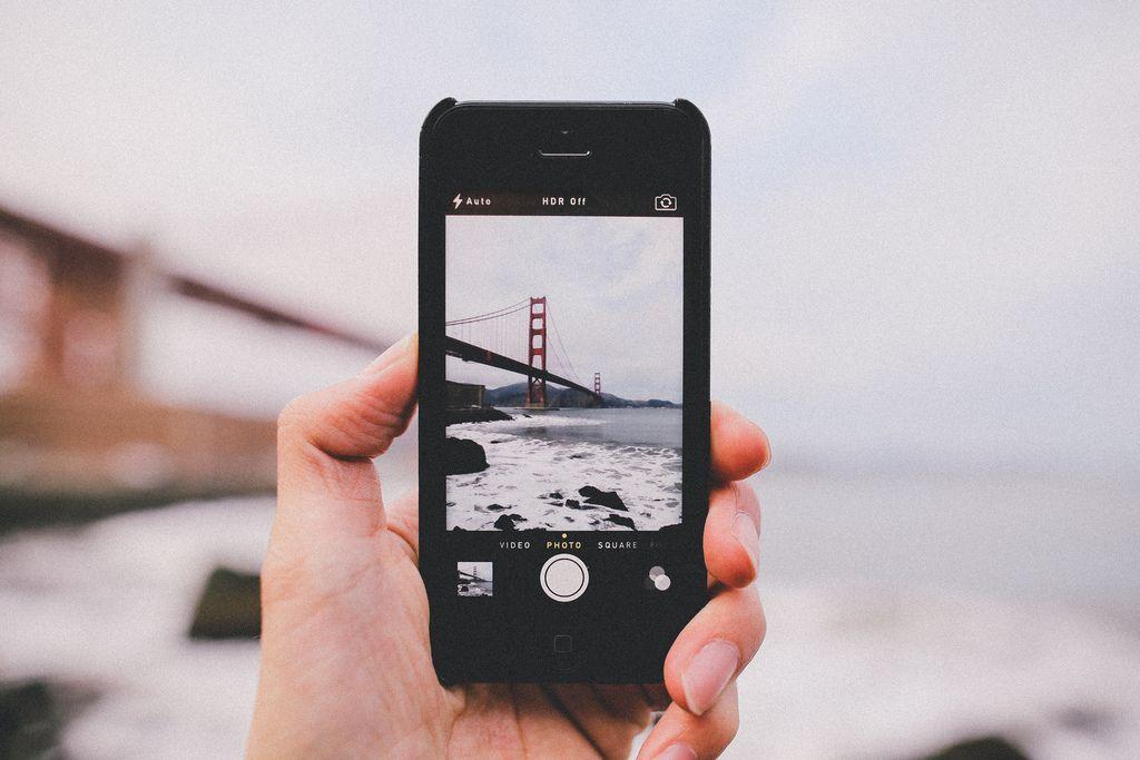 телефон издает звук как будто фотографирует свитерах