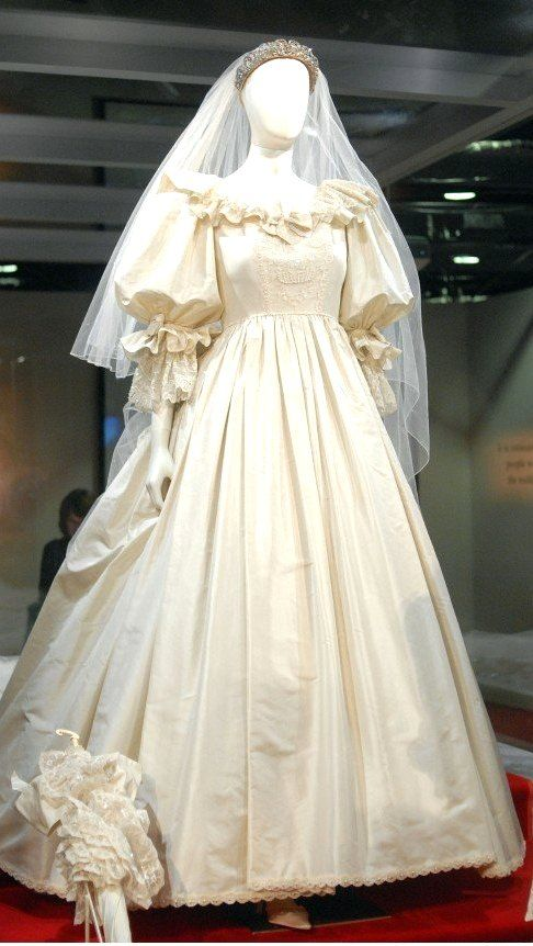 Lady Diana Wedding Dress Designed By David And Elizabeth Emanuel Princess Diana Wedding Dress Princess Diana Wedding Diana Wedding Dress
