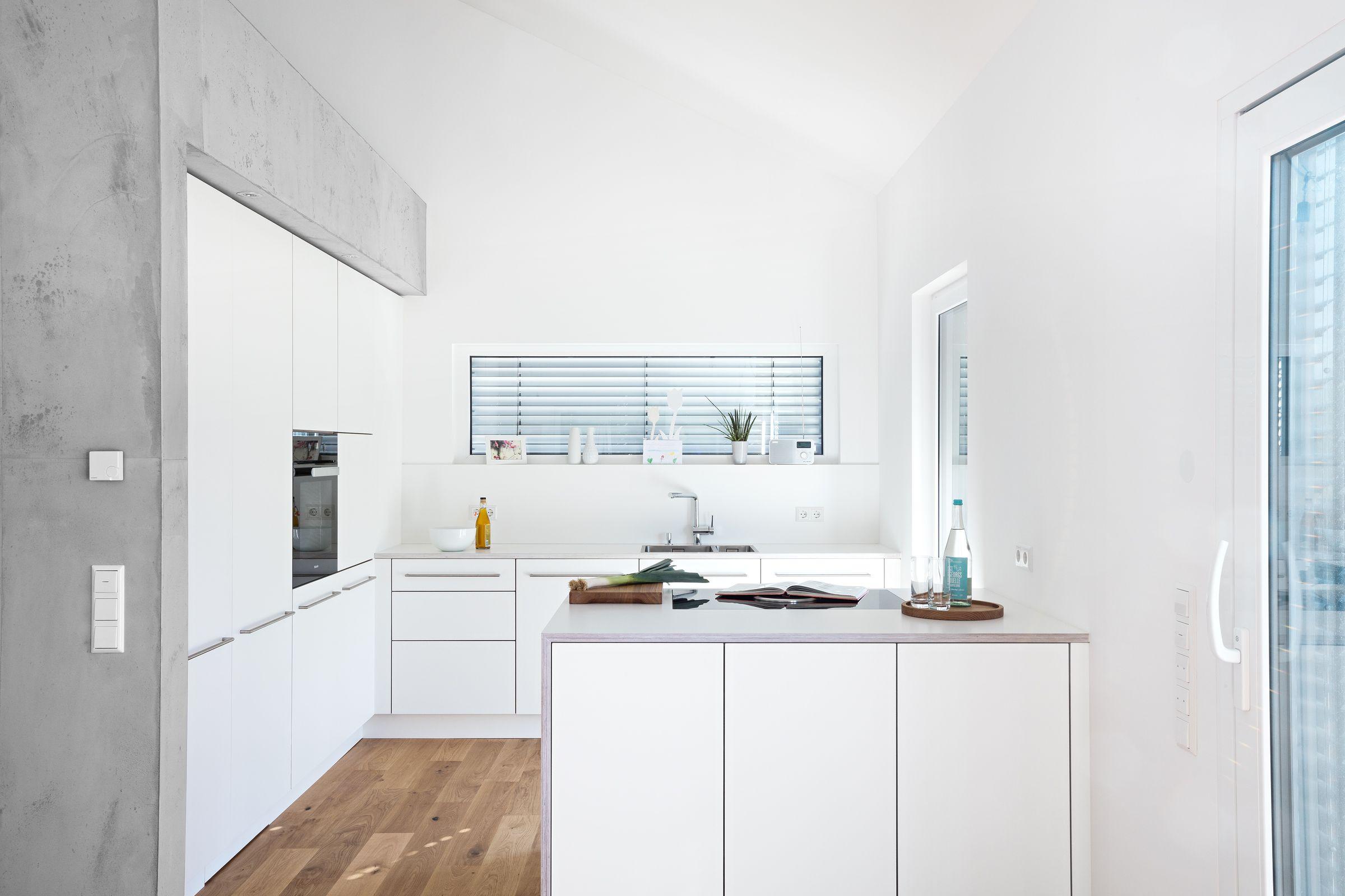 Weisse Kuche Mit Integrierter Speisekammer Und Betonelementen