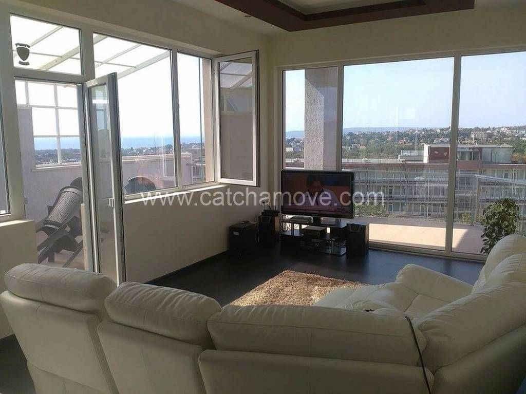 www.catchamove.com Luxurious 3-bedroom apartment with awesome 180 degree panoramic view