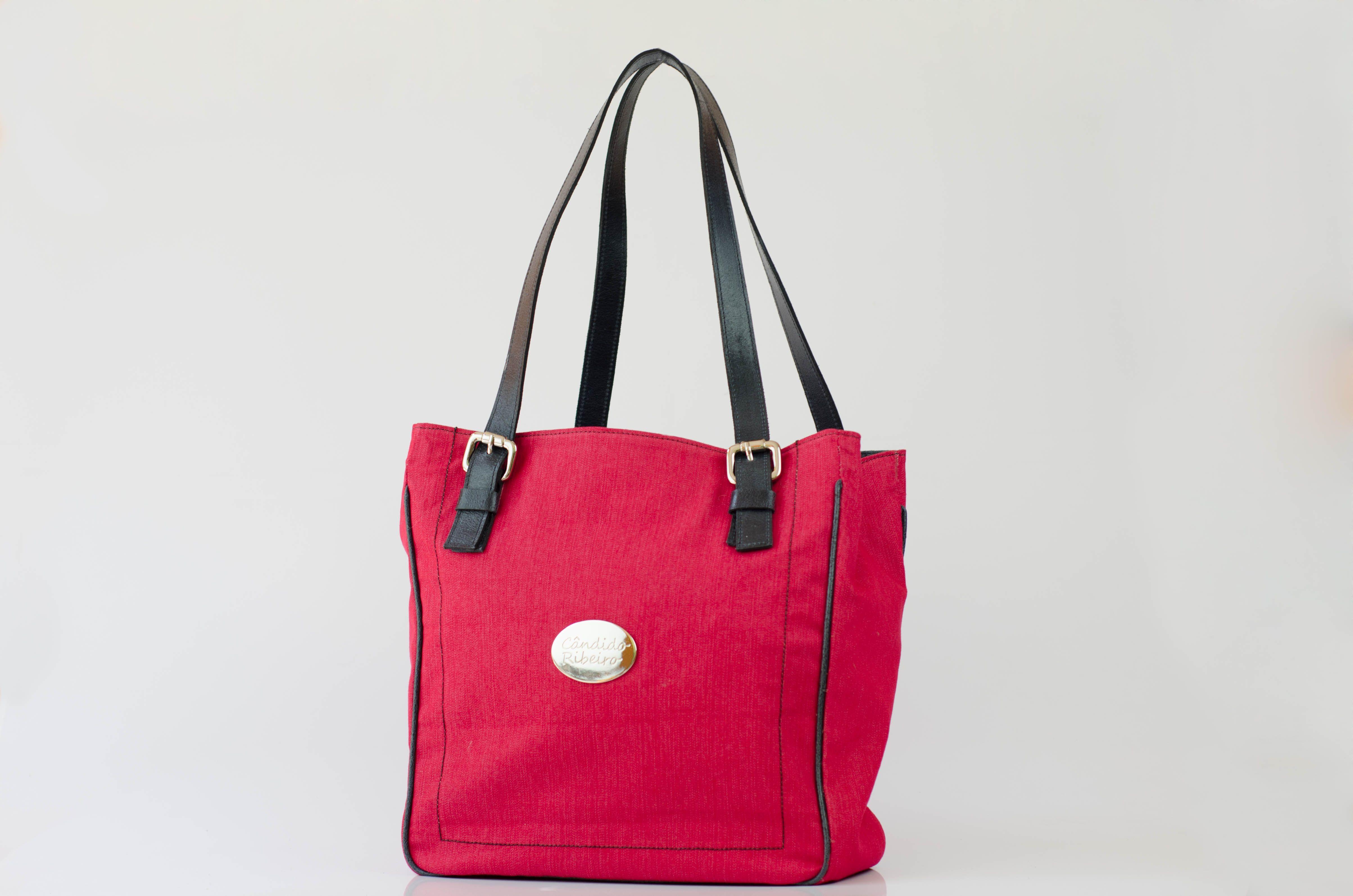 #BOLSA ANETTE Vermelho, a cor que aquece e marca nosso inverno. http://www.candidoribeiro.com.br/bolsas-jeans-vermelho http://www.crvirtual.com.br/produto/anette-10-e-122