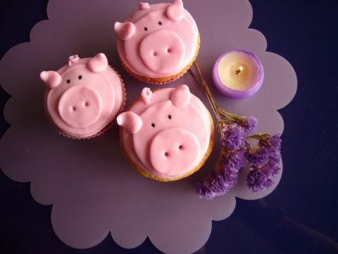 Strawberry pig cupcakes (site is in Spanish but this is a cute decoration idea!)