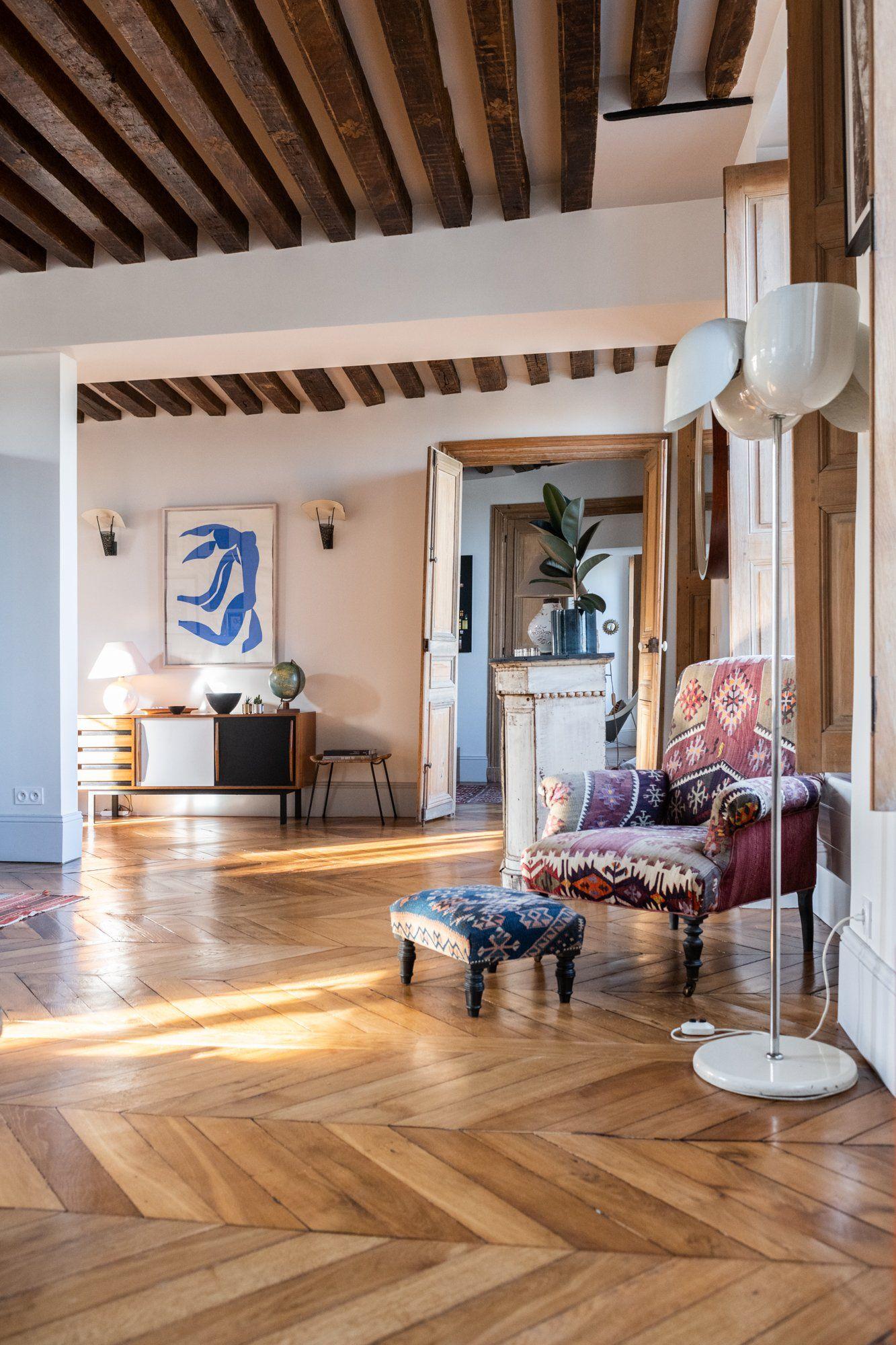 Photo of Salon parisien et fauteuil motifs kilim