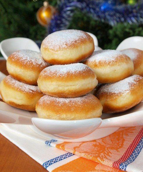 """Пончики """"Нежнейшие """"Ингредиенты:яйца - 2 штмолоко - 500мл.масло или маргарин - 125 гр.сахар - 3 ст.л. (пробовать)соль - 1.5 ч.л.Дрожжи сухие -11г. (1 пачка)вода теплая - 0.5 стакана.мука - столько, чт…"""