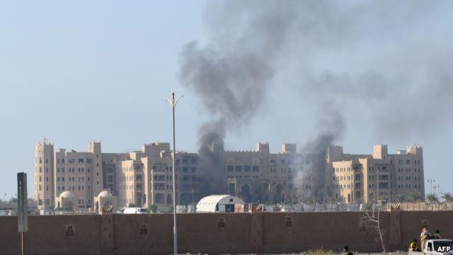 مقتل 15 من عناصر قوات التحالف بهجوم صاروخي استهدف مقر الحكومة اليمنية المؤقت