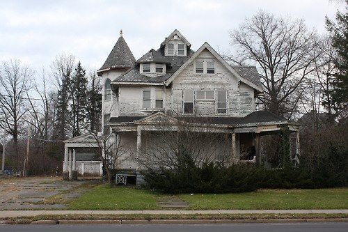 Abandoned in Warren, Ohio  An older Victorian style home in Warren! Love these kinds of houses!