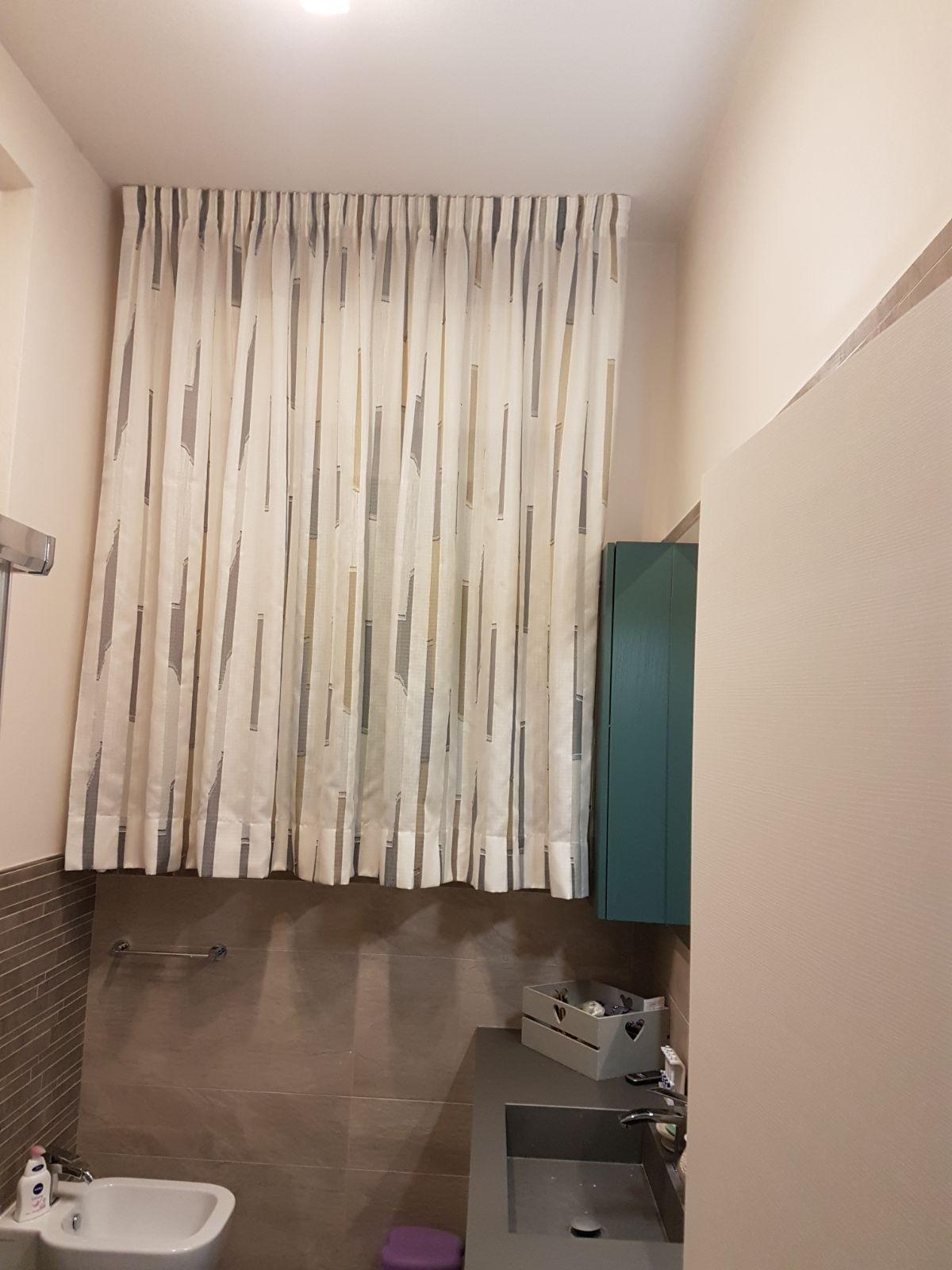 tende arricciate corte con orlo su binario per finestra del bagno ...