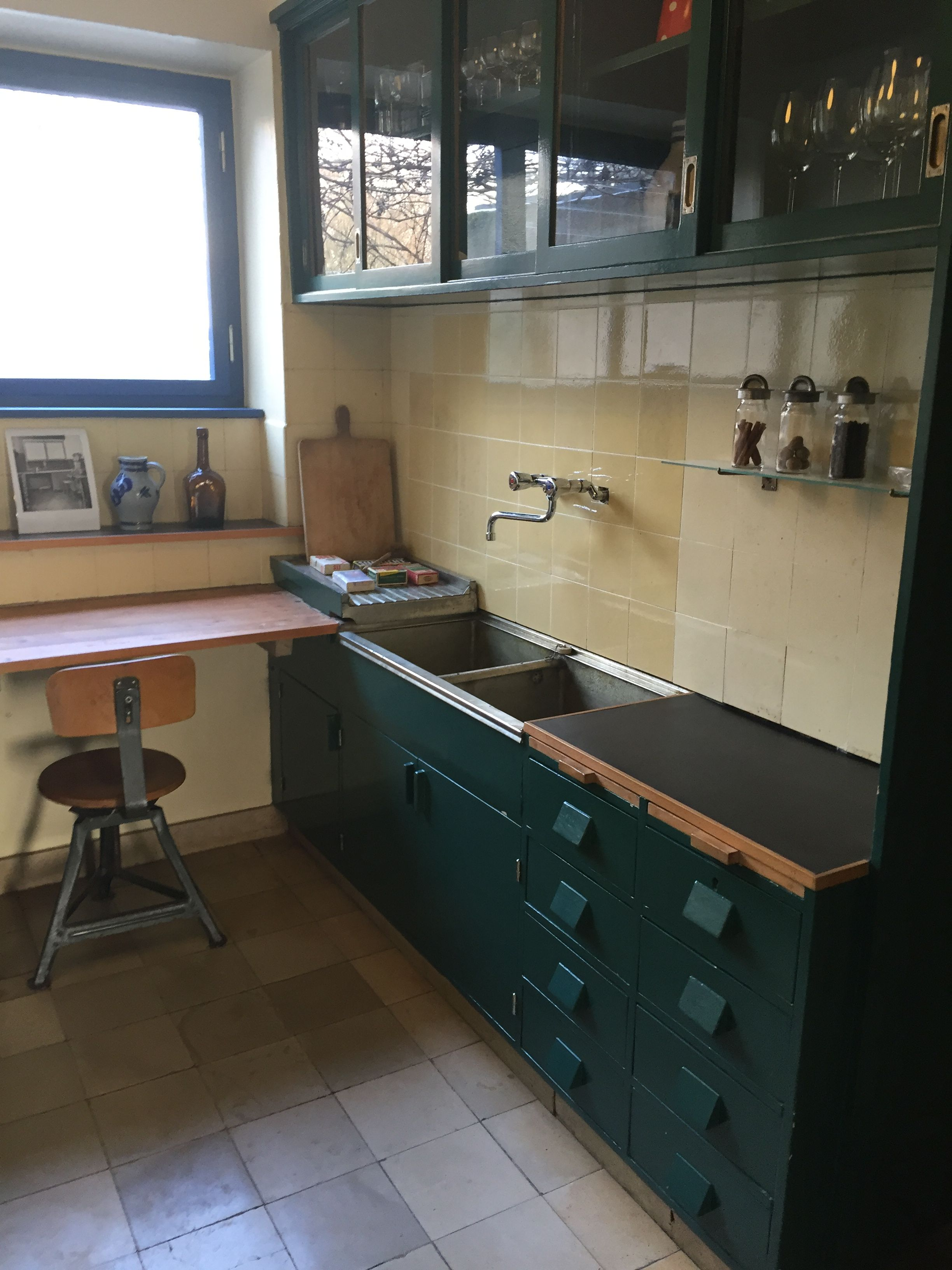 margarete sch tte lihotzky ernst may haus siedlung r merstadt the first built in kitchen. Black Bedroom Furniture Sets. Home Design Ideas