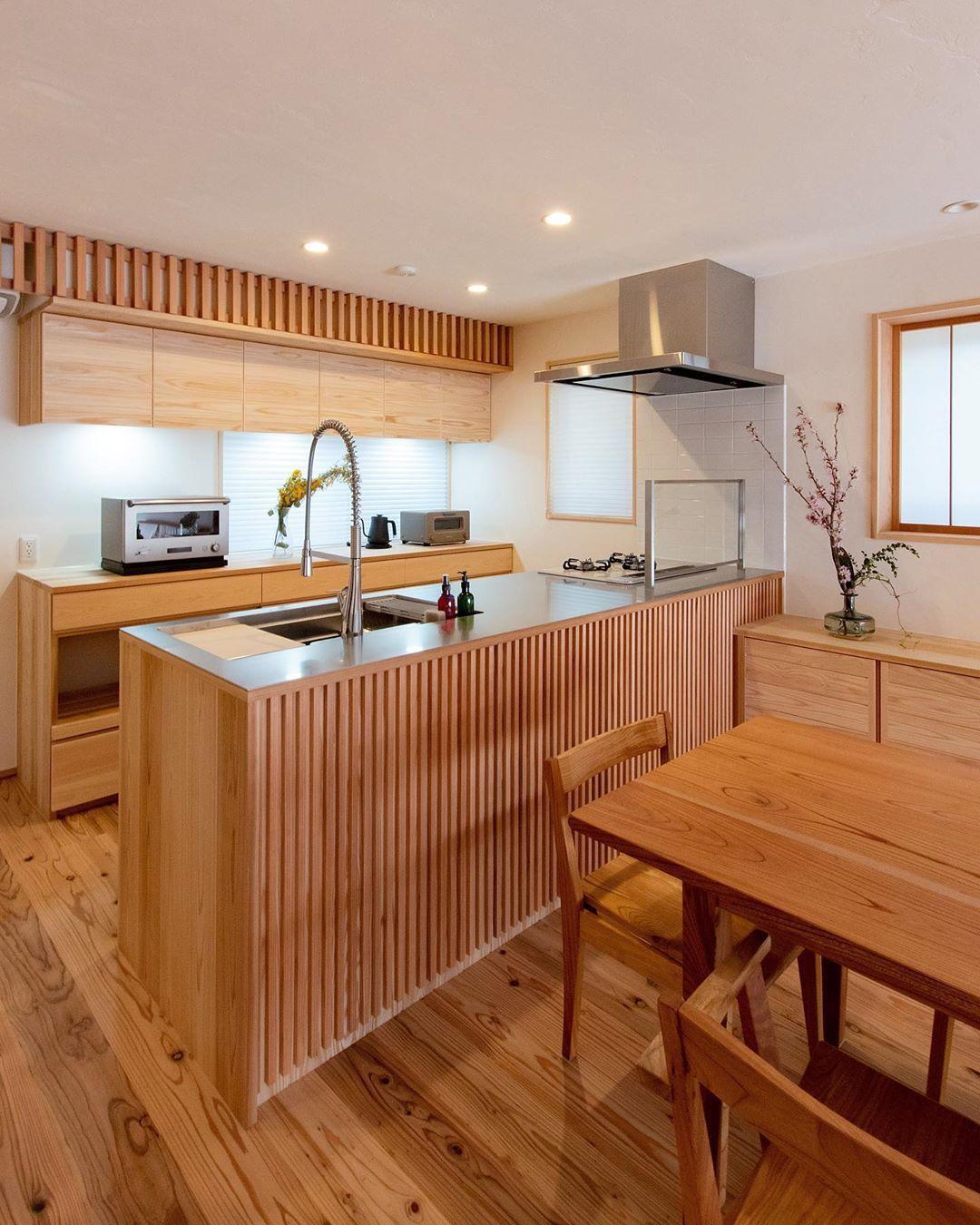 エコ建築考房 S Instagram Profile Post リビング側に木製の細工を施した 対面造作キッチン 背面の収納も造り付けで 吊り戸棚の上部にもアクセントの細工を エアコンの目隠しにもなり 部屋をより美しく見せてくれます キッチン 造り 造作キッチン