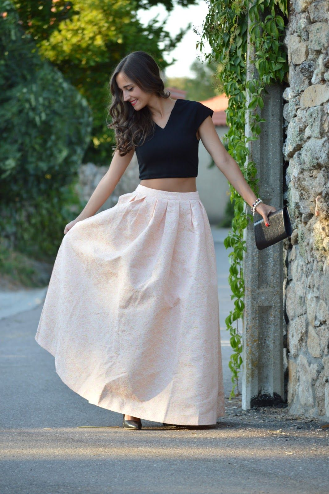 1000 MANERAS DE VESTIR: Falda princesa. Black crop top+white and salmon brocade maxi skirt+black pumps+black clutch. Late Summer Evening Wedding Outfit 2016