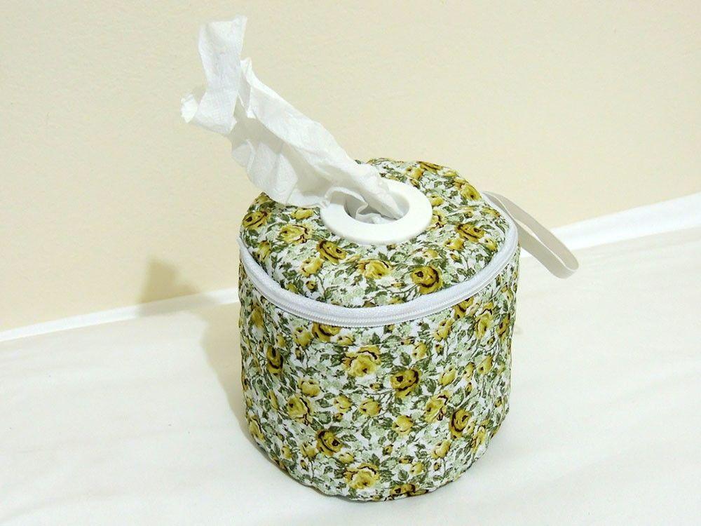 Porta papel higiênico de tecido 100% algodão e detalhe em matelado, fechamento com zíper e argola central para saída do papel.  Ótimo acessório para viagem.    Medidas: 12 cm altura, 12 cm de diâmetro    Cor: verde