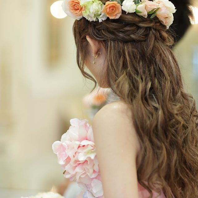 当日pic お色直しヘア グリグリに巻いてもらってハーフアップにしました O 花冠は生花でブーケと統一してもらいました 当日レポ お色直しヘア ハーフアップ 花冠 カラードレス レインボードレス 卒花 卒花嫁 ウェディング ヘアスタイル 花嫁 髪型