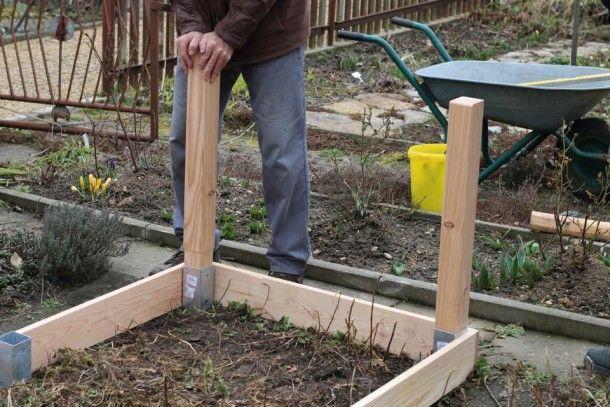 Einfaches Hochbeet selber bauen Pfosten einsetzen