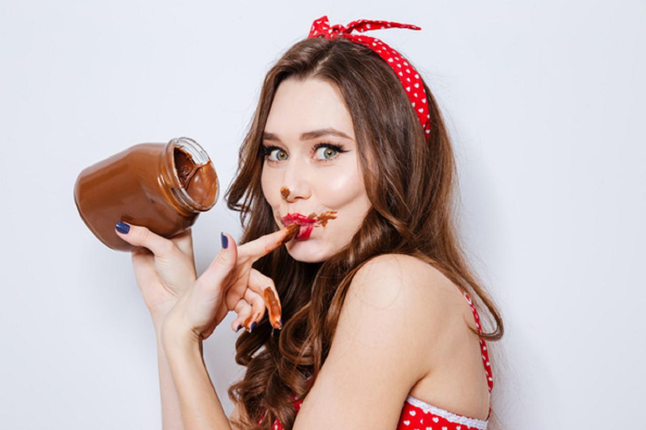 Шоколад и девушка фото