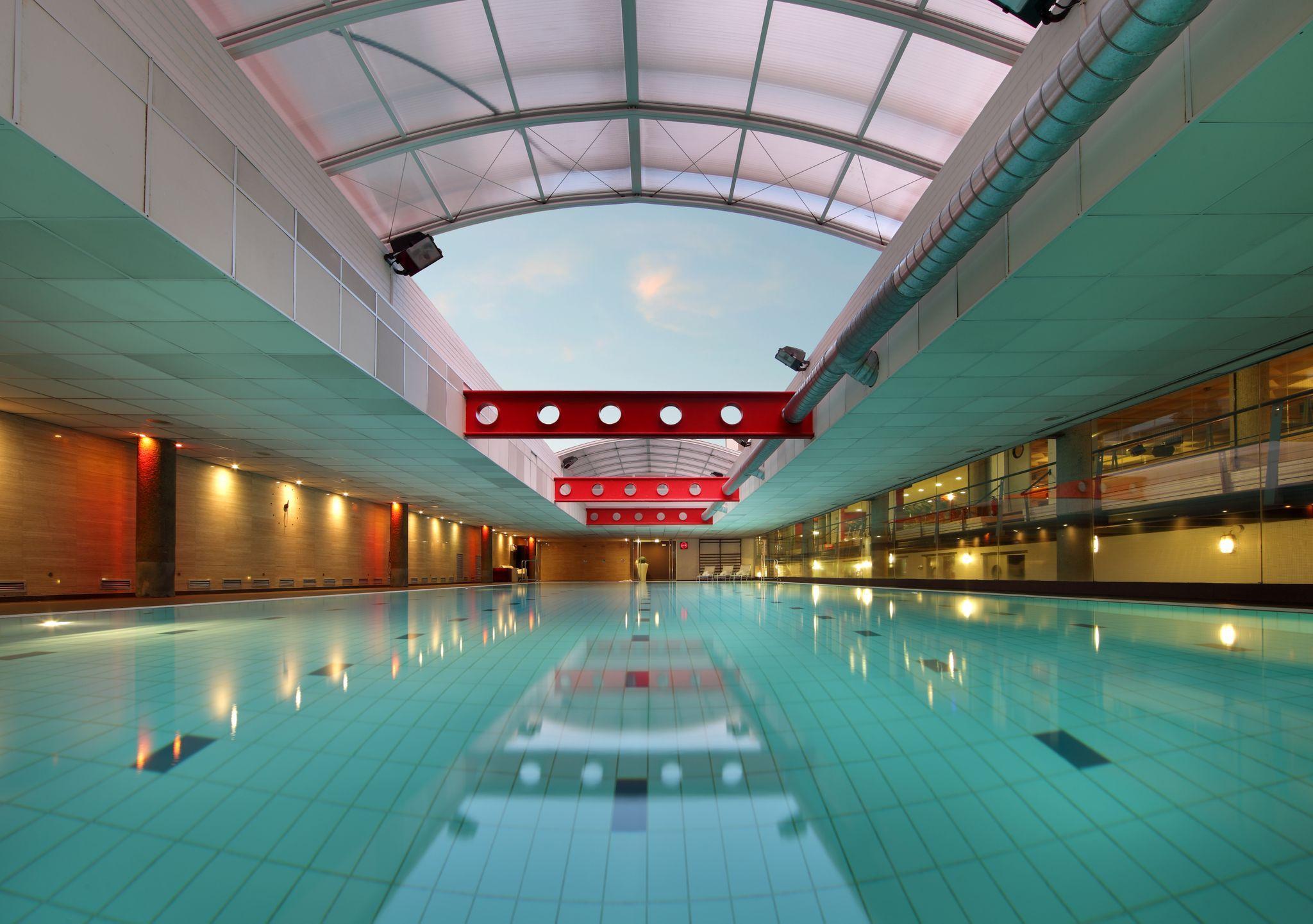 piscina de nataci n con cubierta telesc pica
