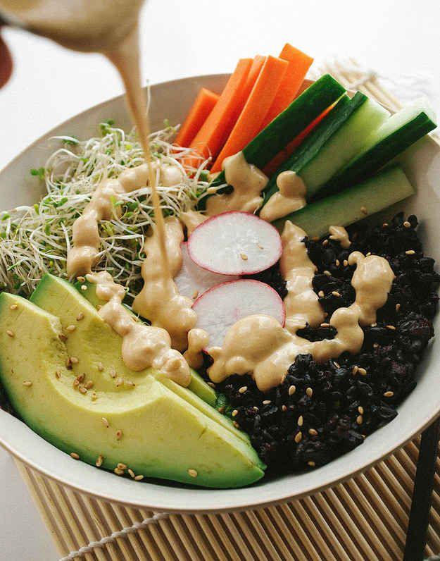 Bol de Sushi con arroz negro y salsa dinamita