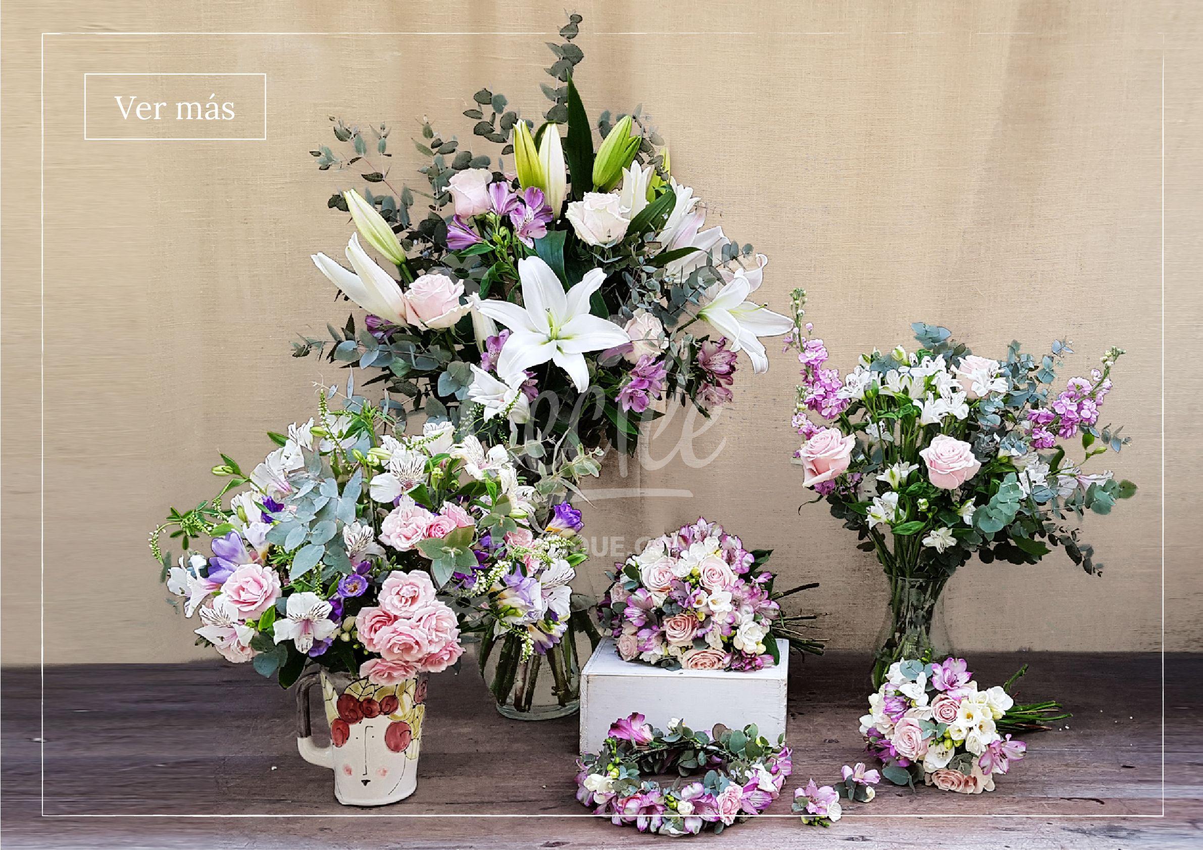 escena de arreglos florales blanco y rosa