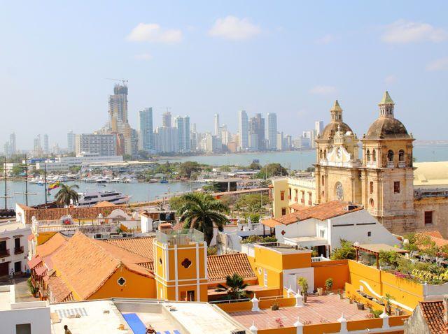 Cartagena de Indias ... la histórica y a lo lejos , la moderna ...