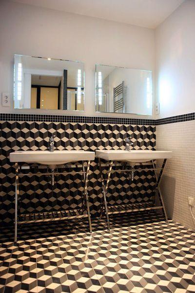 Petite salle de bain moderne avec douche en noir et blanc Tile
