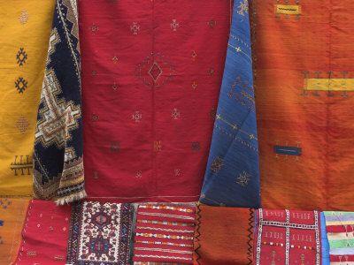 Morocco, Essaouira, Medina, Carpets Hanging Ouside Shop Photographie par Jane Sweeney sur AllPosters.fr