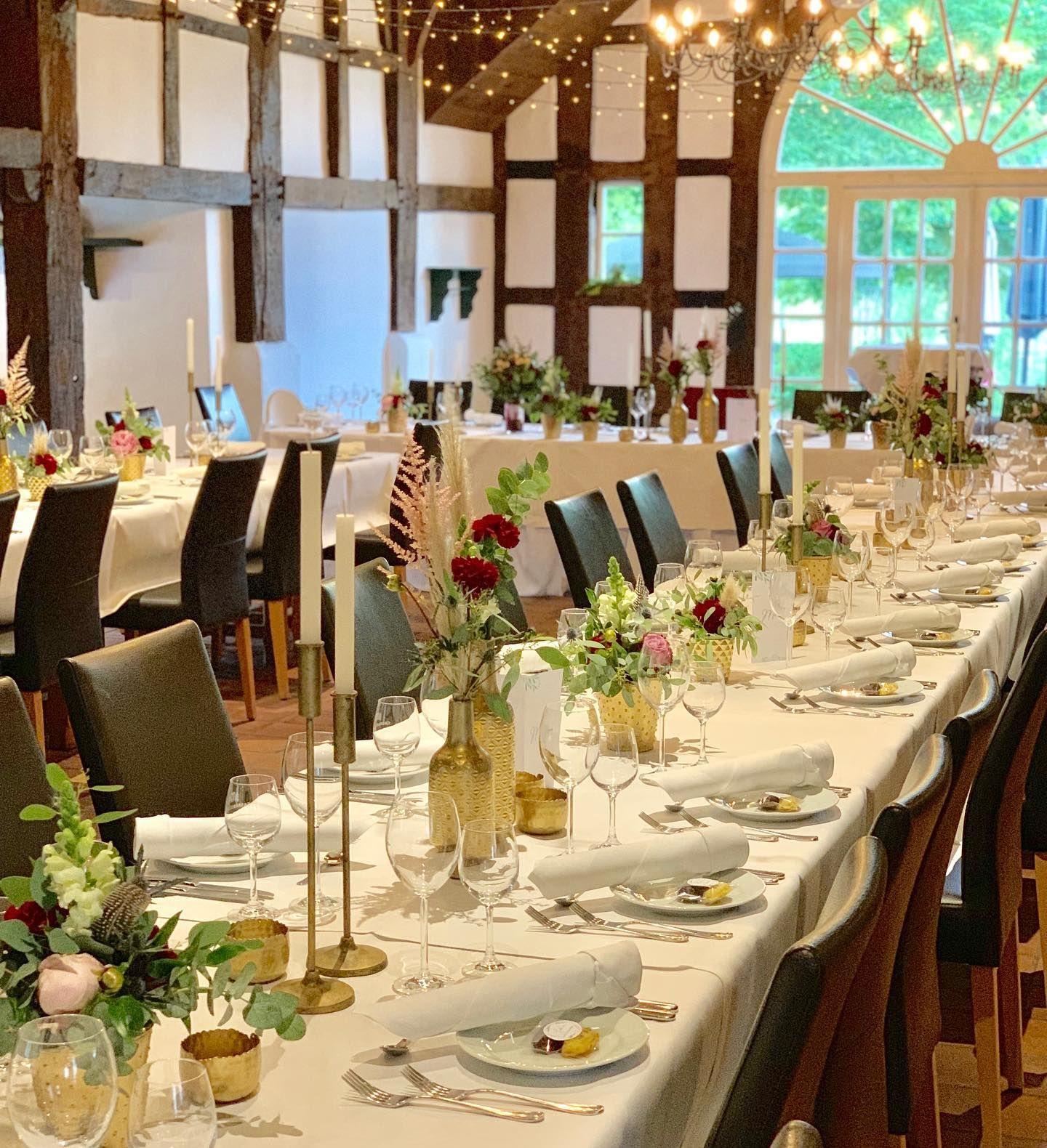 Eine Wunderschone Hochzeit Im Hulshoff Lippstadt Burgunderrot Und Gold Sieht So Schon Zusammen Aus Traumhochzeit In 2020 Table Settings Decor Table Decorations