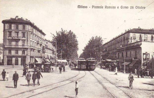 Piazzale Medaglie d'oro e l'inizio di corso Lodi, quando, durante il ventennio fascista, avevano assunto i nomi che la cartolina riporta.