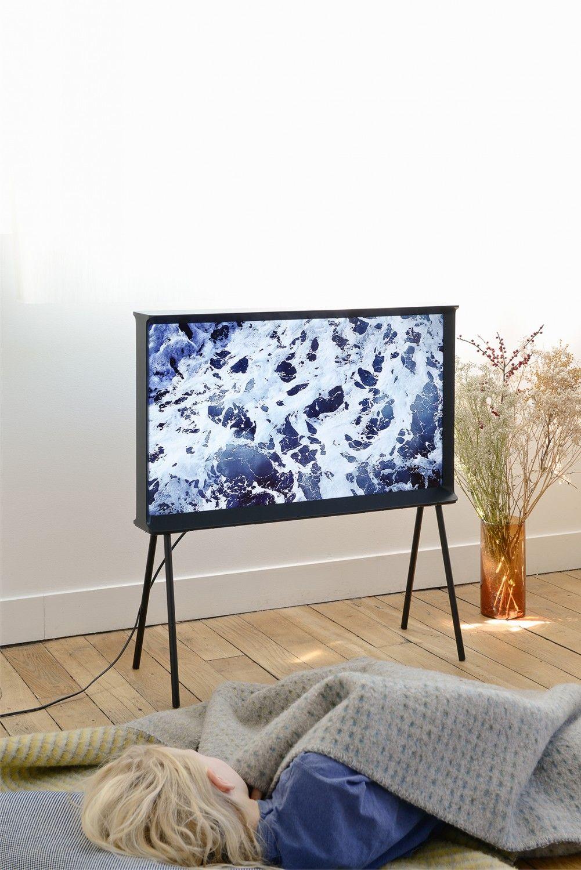 Br Derna Bouroullecs Serif Tv F R Samsung Verbryggar Gapet Mellan  # Meuble Tv Bristol