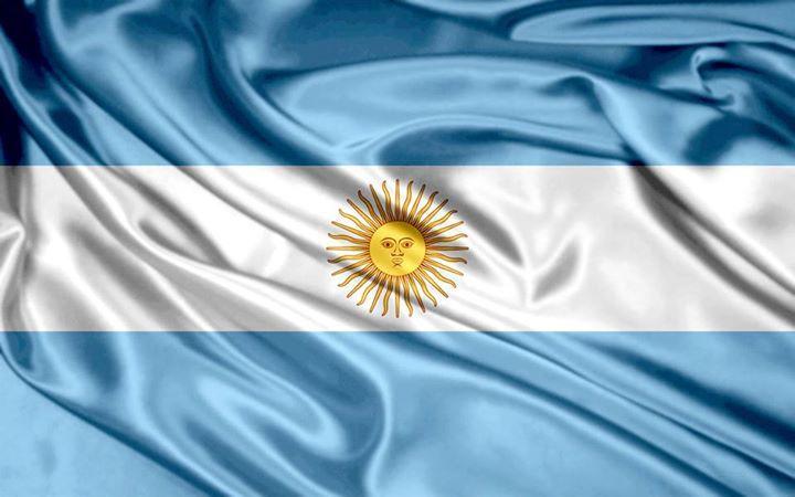 la más linda de todas!  Gloriosa enseña de la Patria mía, el Paraná en sus brisas te envolvió y en su ribera tremolaste el día en que Belgrano al mundo te mostró.