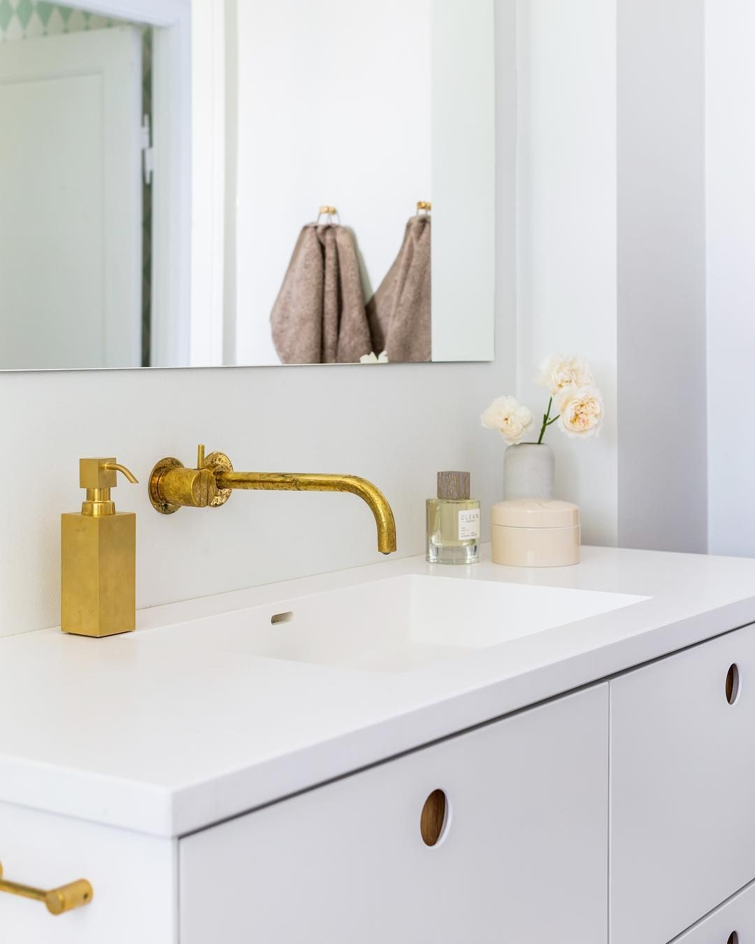 Asis In Painted White In A Bathroom Reformcp Amenager Petite Salle De Bain