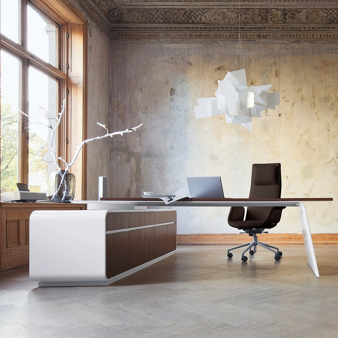Senor is an exclusive and representative executive furniture range from MartinStoll consisting of desks, meeting tables and storage units.