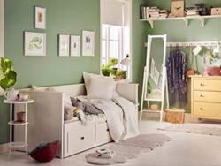 غرفة صغيرة بها سرير نهاري أبيض مع خزانة ذات أدراج خشب صنوبر مصمت بطلاء أصفر ومرآة قائمة بيضاء Hemnes Day Bed Bedroom Design Ikea Hemnes Daybed