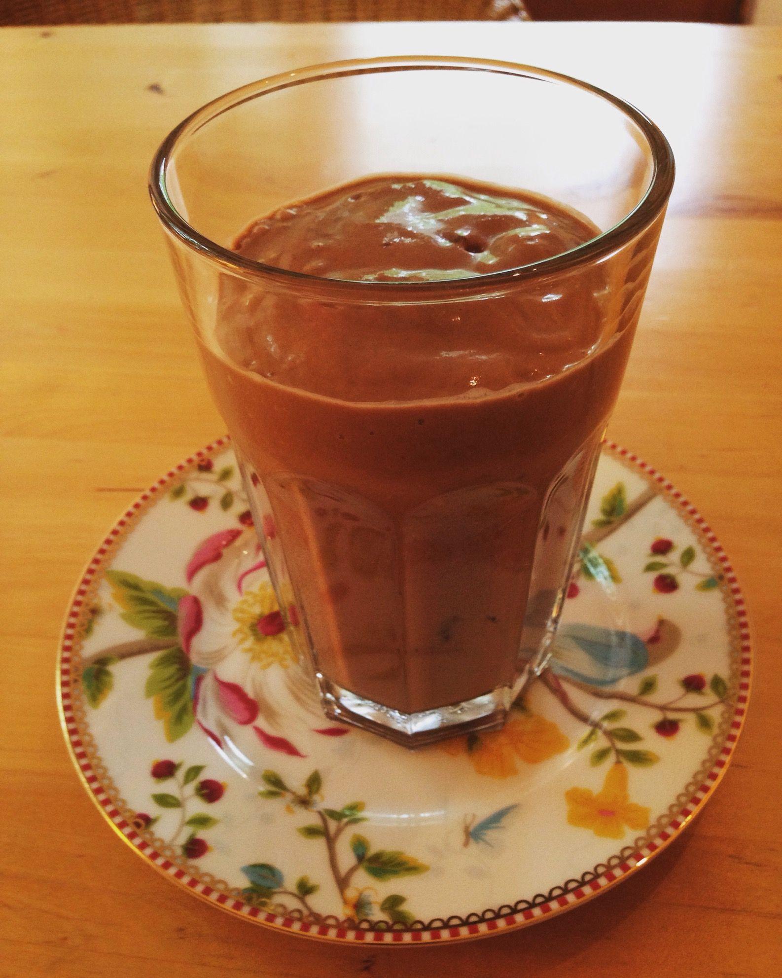 Schoko-Shake mit Avocado, Bananen, Datteln, Kakaopulver und Mandelmilch
