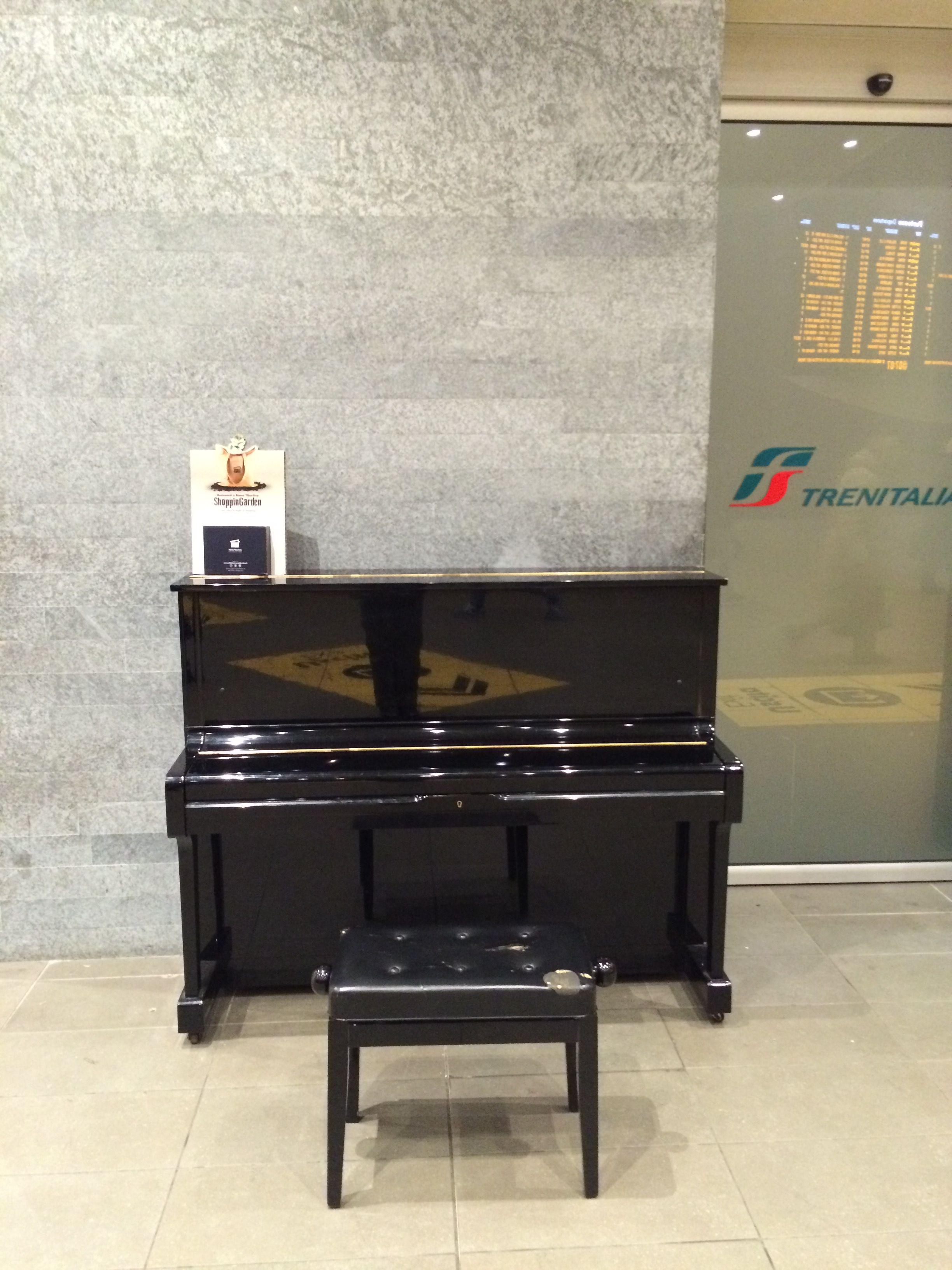 Stazione Tiburtina, Roma: questo pianoforte è a disposizione di tutti. Venitelo a suonare!
